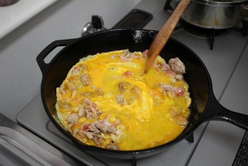 スキレットで卵を炒める