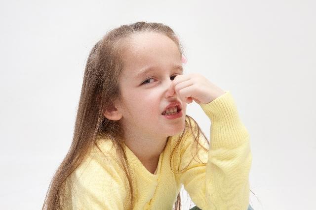鼻をつまむ女の子