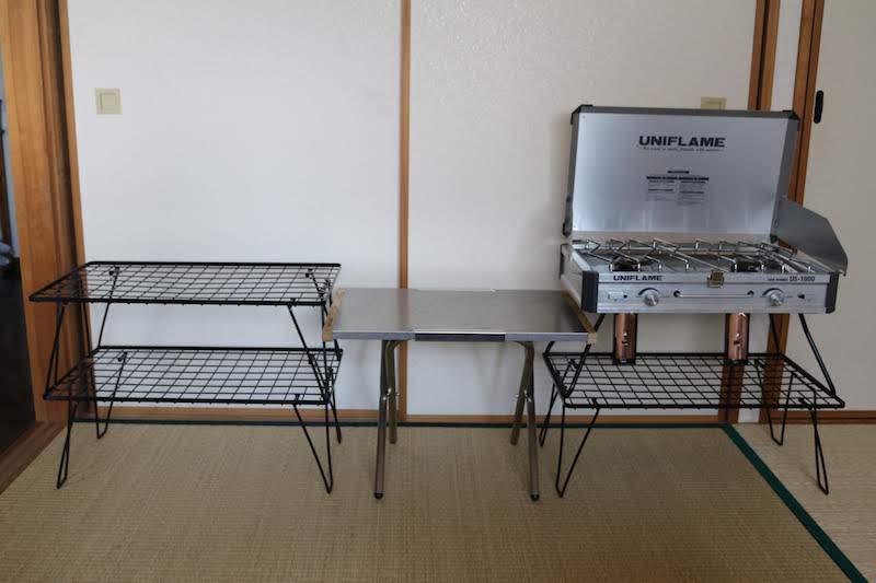 焚き火テーブルとツーバーナーとフィールドラック2段