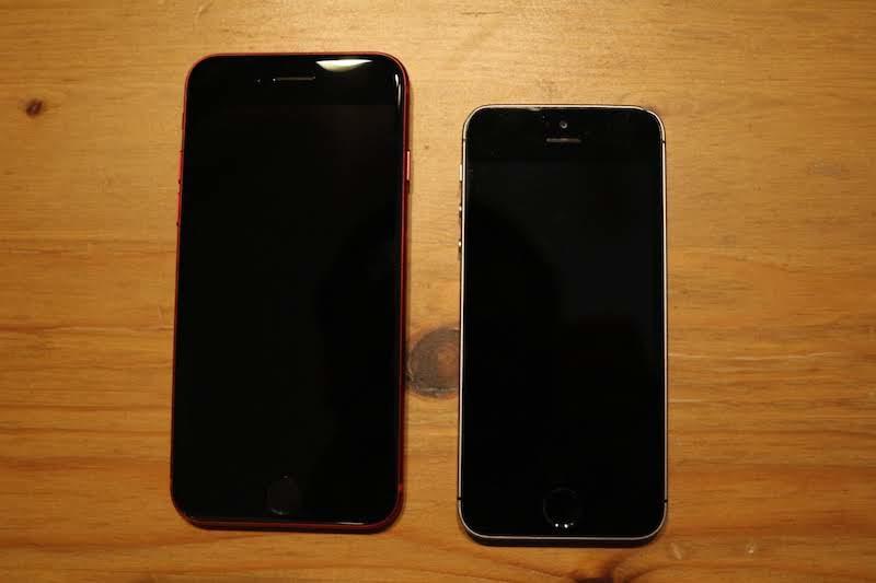 iPhoneSEとiPhone8を並べたところ