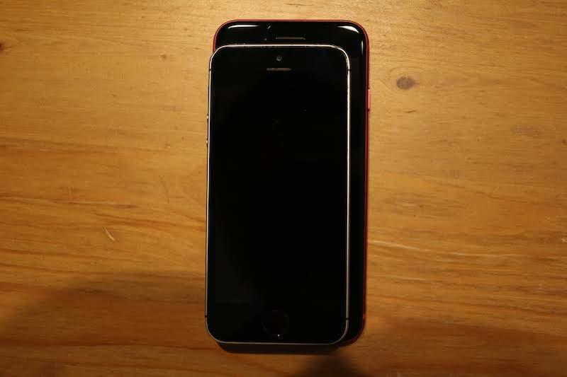 iPhoneSEとiPhone8を重ねたところ