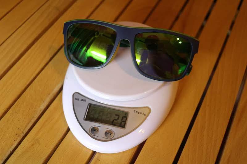 JINSのサングラスの重さ